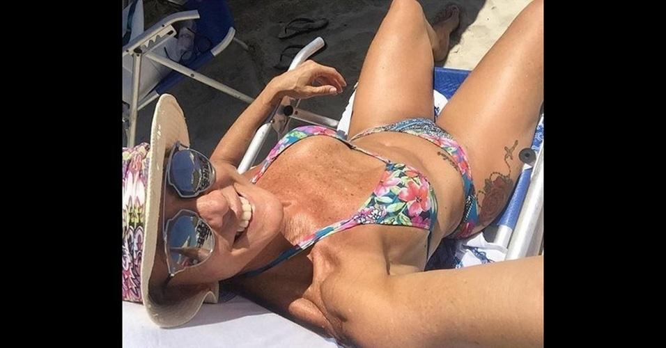 """31.jan.2016 - Aos 56 anos, Hortência Marcari esbanjou boa forma em foto postada no Instagram. De biquíni, a ex-jogadora de basquete mostrou a barriga malhada e uma tatuagem na parte lateral da coxa. """"Deu praia"""", escreveu ela na legenda. Os seguidores de Hortência elogiaram muito a beleza da loira"""