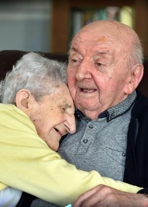 Ada Keating, de 98 anos, abraça o filho mais velho, Tom, em asilo em Liverpool