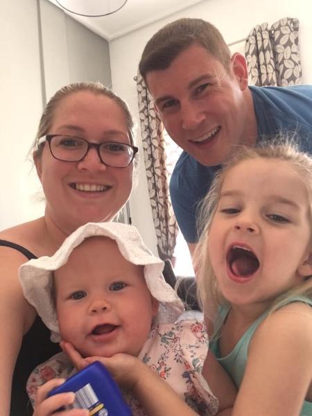 Nicola e Brett Kinloch com as filhas, Freya e Ella, antes de Ariya nascer - Reprodução/Facebook