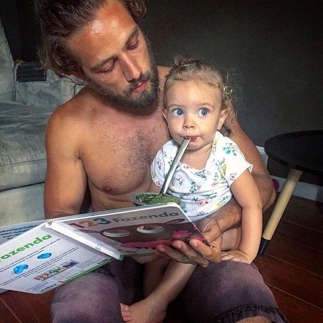 4.jan.2016 - Que foto mais fofa! O paizão Rafael Cardoso postou uma imagem no Instagram ao lado da filhota, a pequena  Aurora.