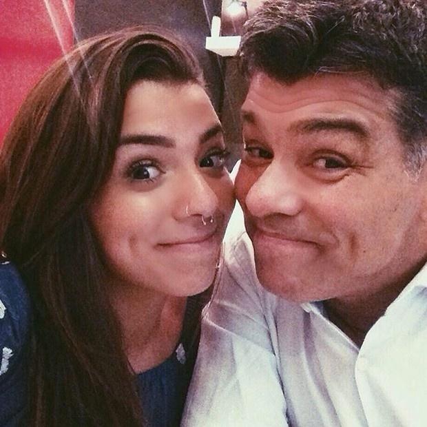 16.out.2015 - Cada vez mais popular na web, Petra Mattar, de 21 anos, aparece ao lado do pai, Maurício Mattar. Na manhã desta sexta-feira (16), ela foi homenageada pelo ator, que resolveu postar uma foto dos dois em seu perfil.