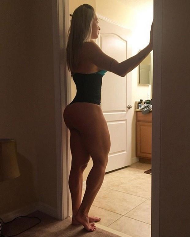25.jun.2016 - Dona de um corpão sarado, Juju Salimeni publicou uma foto que deixou os fãs babando no Instagram. Na imagem, ela aparece de pé usando uma cinta de compressão, deixando seu bumbum - que já é enorme - em evidência.