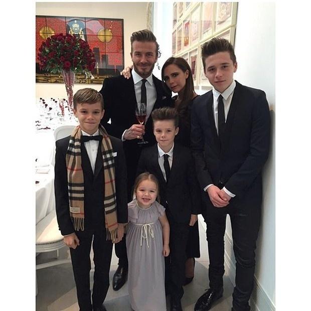 5.jul.2015 - Quanta beleza em uma foto só! O papai galã David Beckham compartilhou com os fãs no Instagram um momento de comemoração ao lado da mulher, Victoria Beckham, e sua trupe de filhos: (da esq. para a dir.) Romeo James Beckham (de 12 anos), Harper Seven Beckham (3), Cruz David Beckham (10) e Brooklyn Joseph Beckham (12). Na ocasião, a família - cheia de elegância - comemorava os 16 anos de casamento do casal