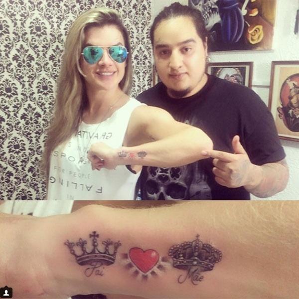 29.out.2015 - Nesta quinta-feira (29), Mirella Santos fez uma tatuagem em homenagem aos pais. A loira desenhou duas coroas em seu braço ligadas por um coração vermelho, com as palavras