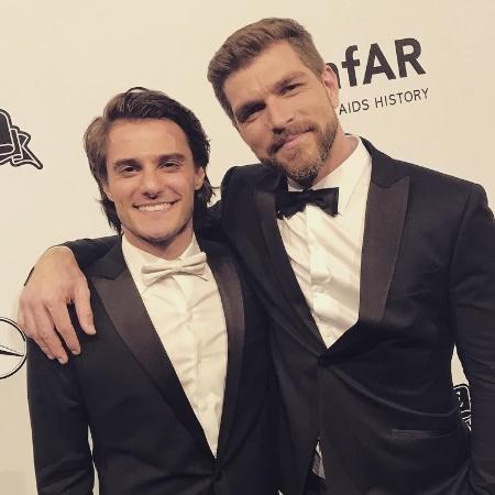 Hugo Bonemer e o namorado, o também ator Conrado Helt, no tradicional baile de gala da amfAR, em SP - Reprodução/Instagram