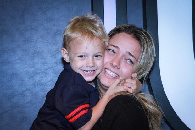 23.jun.2015 - O pequeno David Lucca, filho do craque Neymar, foi ao Salão Moda Brasil 2015 acompanhado da mamãe, Carol Dantas. Com cara de sapeca, o garoto de três anos mostrou que adora abraçar e fazer chamegos na mãe