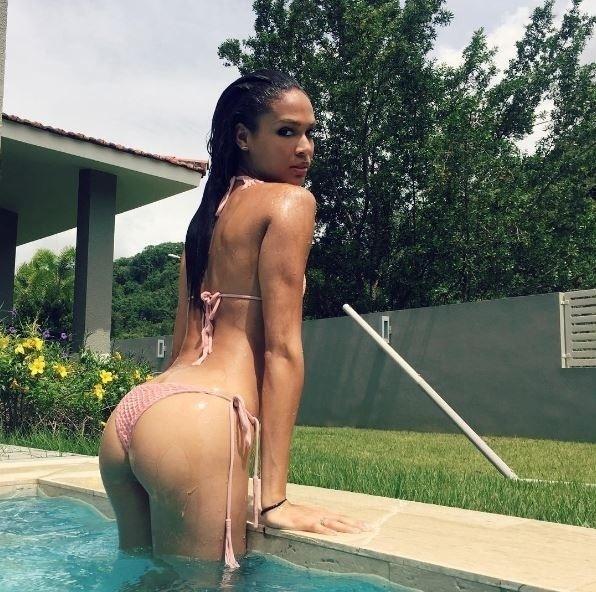 8.jul.2016 - Natural de Porto Rico, a modelo Joan Smalls deu um show de sensualidade em seu Instagram. Com uma foto onde aparece empinando o bumbum na piscina, a gata mostrou suas curvas de biquíni e fez a alegria de seus quase 2 milhões de fãs. Uma internauta brasileira brincou nos comentários: