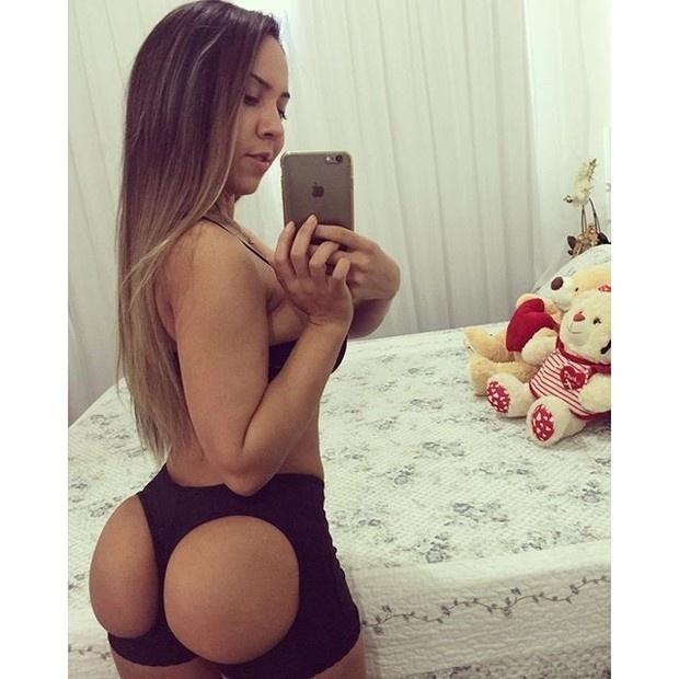 """1.set.2015 - Renata Frisson, a Mulher Melão, surpreendeu os seus seguidores do Instagram ao postar uma selfie que deixou à mostra parte do seu bumbum. Na imagem, a funkeira aparece usando uma peça curiosa. """"Moldando meu bumbum pra ele ficar mais perfeito. Porque um corpo, é um corpo"""", escreveu Melão"""