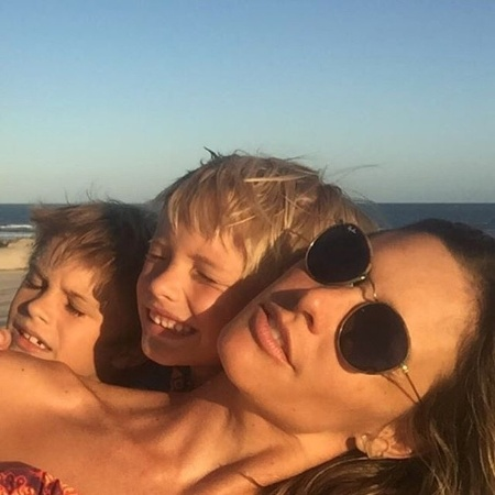 Fernanda Lima e os filhos, João e Francisco, publicam foto na praia - Reprodução/Instagram