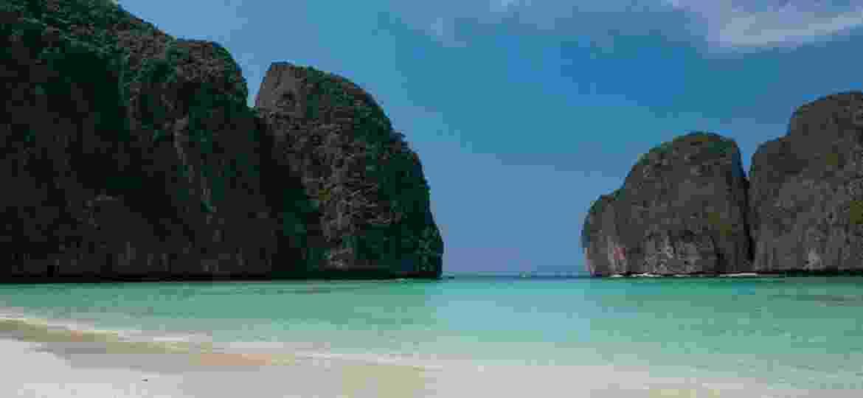 Maya Bay, na Tailândia, foi fechada aos turistas para se recuperar dos danos ambientais – mais de seis meses depois, é possível observar sinais de melhora - Jonathan Head