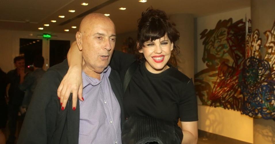 """2.abr.2016 - O cineasta Hector Babenco e a atriz Bárbara Paz antes da estreia da peça """"Os Realistas"""", em teatro de SP"""