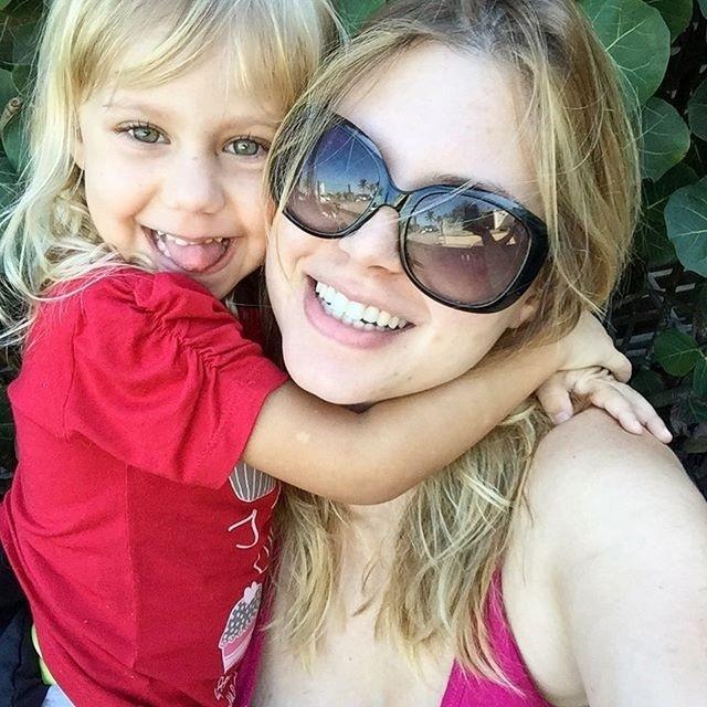 22.jul.2015 - Carolinie Figueiredo ganhou uma abraço agarradinho da pequena Bruna e dividiu este momento fofo com a filha com os seguidores no Instagram.