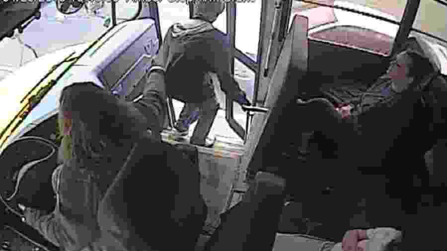 Motorista de ônibus escolar salva vida de aluno ao evitar atropelamento - Reprodução/Facebook