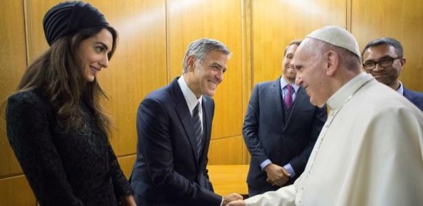 29.mai.2016 - Papa Francisco cumprimenta George Clooney e a esposa, Amal Clooney, durante evento no Vaticano para motivar o trabalho da Scholas Ocurrentes, organização promovida pelo pontífice