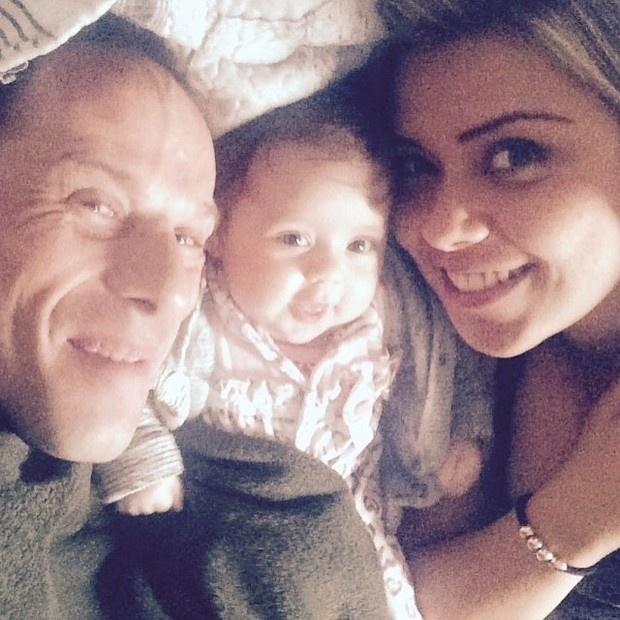 3.set.2015 - O ex-Polegar Rafael Ilha apareceu agarradinho em foto com a filha, a pequena Laura (de 3 meses), e a mulher, Aline Kezh. A foto fofa foi publicada pela esposa do papai coruja