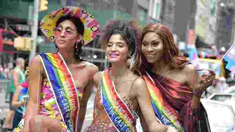 """Elenco de """"Pose"""" na parada LGBT de Nova York - Theo Wargo/Getty Images - Theo Wargo/Getty Images"""
