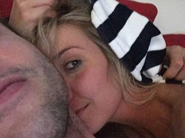 """Luiza Possi e o namorado aparecem aparentemente deitados em uma cama; será que é uma selfie """"after-sex""""?"""