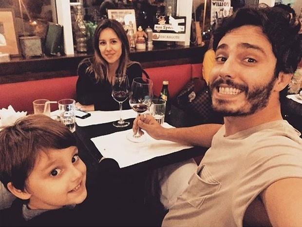 3.set.2015 - O ator Thiago Rodrigues comemorou de estar ao lado do filho, Gabriel e a mulher, a jornalista Cristiane Dias em um restaurante da Barra da Tijuca, no Rio de Janeiro.
