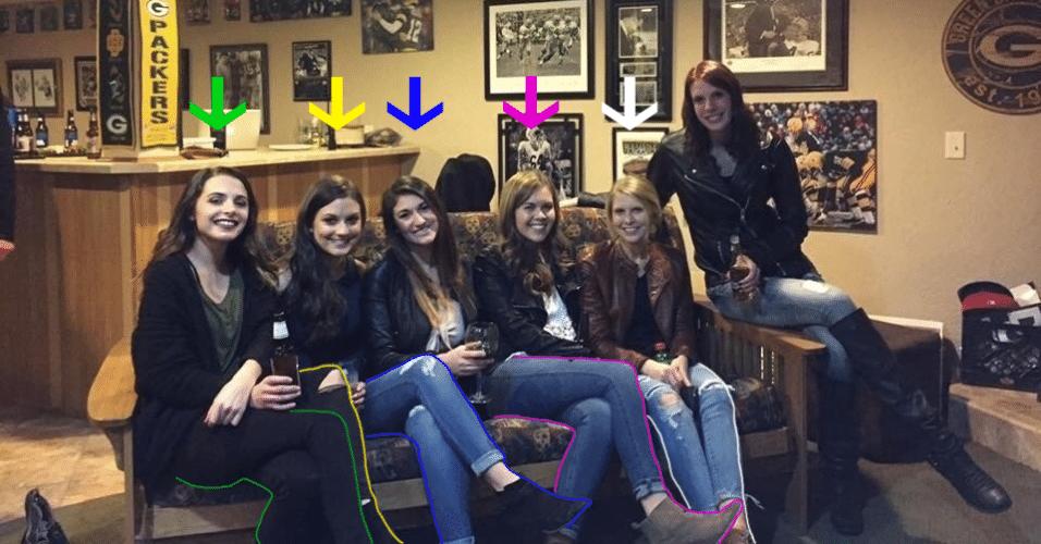 3.jan.2017 - A foto de seis garotas reunidas, sendo que uma parecia não ter pernas, bombou nas redes sociais no fim do ano passado. Mas agora acabou o mistério. Uma emissora de TV americana reuniu as garotas e mostrou como o truque foi feito. A suspeita de um internauta, que disse que as pernas da segunda garota [da esquerda para a direita] estavam atrás das pernas da primeira, se confirmou