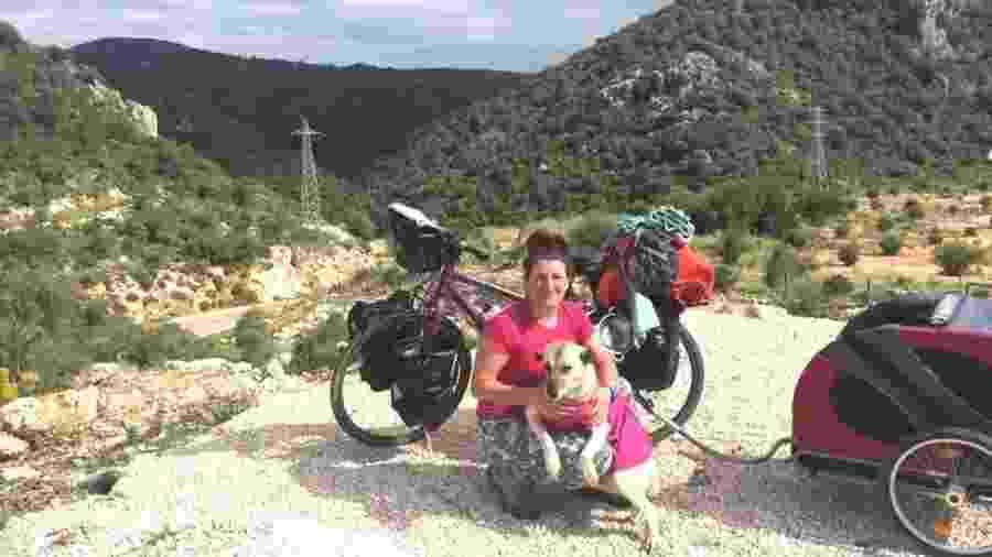 Ishbel e a cachorra Lucy na Turquia - Reprodução BBC