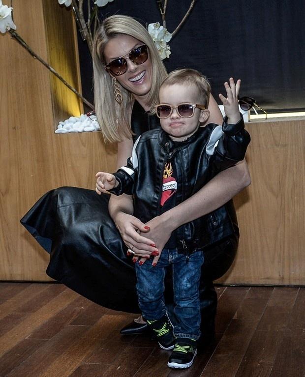 10.set.2015 - O pequeno Alexandre Jr., de 1 ano e 7 meses, roubou a cena durante o lançamento da coleção de óculos escuros da mamãe em um hotel em São Paulo, na noite desta quinta-feira. O garotinho é filho da apresentadora Ana Hickmann com o empresário Alexandre Côrrea