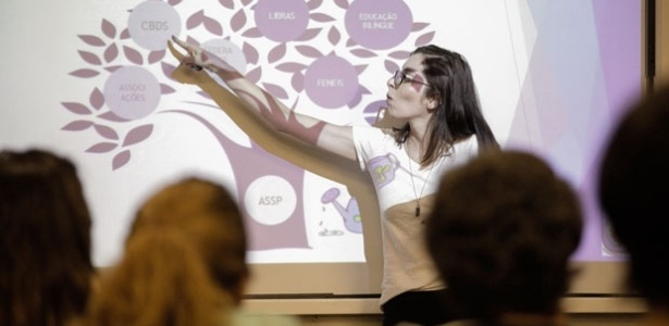 Estudante defende dissertação de mestrado em banca totalmente traduzida em Libras