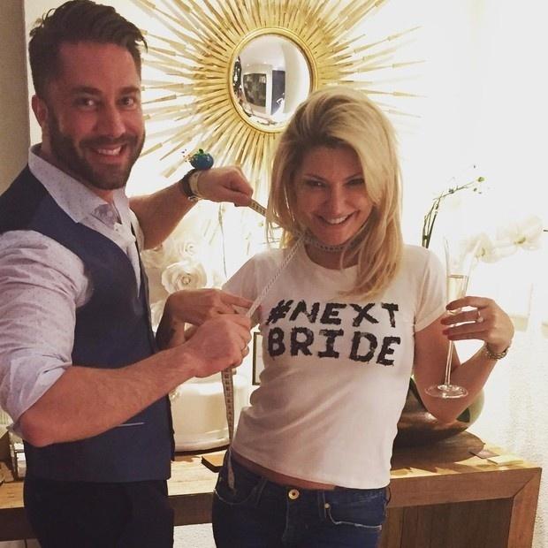24.set.2015 - Antônia Fontenelle já está se preparando para o seu casamento com o empresário Jonathan Costa. Em seu Instagram ela postou uma foto durante a prova do vestido.
