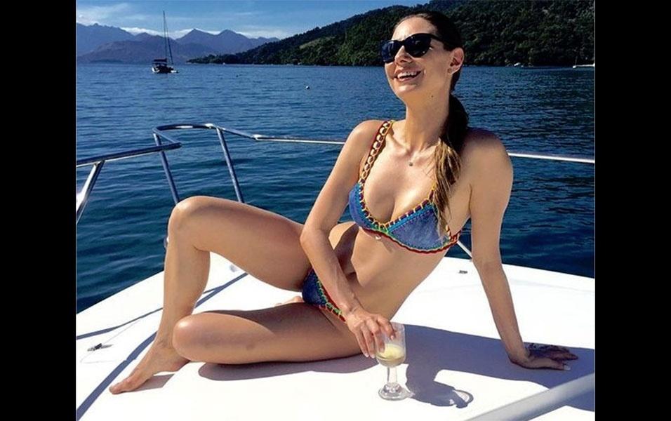 """15.mai.2016 - A atriz Lavínia Vlasak chamou a atenção dos fãs ao postar uma foto de biquíni enquanto curtia o dia de sol, tomando champanhe em um barco em um cenário paradisíaco. """"Não é que o sol saiu? Viva o dia! #semfiltro #semretoque """", escreveu a bela na legenda da imagem postada no Instagram. Os seguidores de Lavínia babaram na boa forma da moça, que tem 39 anos e é mãe de dois filhos. """"Linda demais! Nem precisa de filtro pra ficar linda. É mais fácil o filtro precisar de você pra ficar bonito"""", escreveu um"""