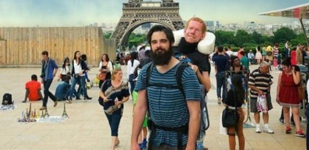 Amigos carregaram Kevan Chandler nas costas durante a viagem