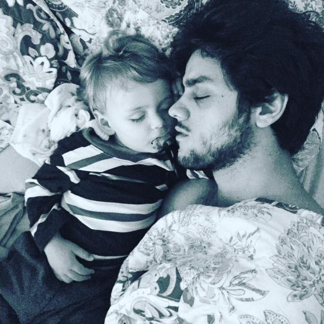 23.jan.2016 - Ator Felipe Simas postou foto no Instagram dormindo com o filho Joaquim de 1 ano. Atualmente, o ator é protagonista com o personagem Jonatas na novela