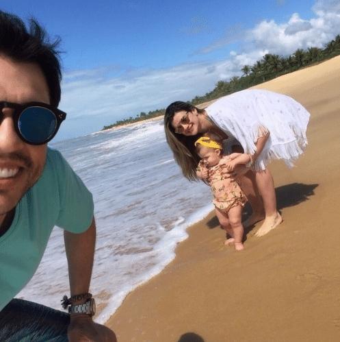 6.ago.2015 - Mirella Santos e Ceará levam a filha Valentina, de 11 meses, pela primeira vez à praia.