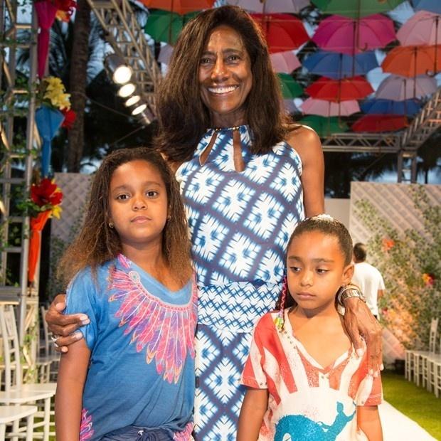 22.jul.2015 - Gloria Maria foi acompanhada das filhas Maria (esq.), de 7 anos, e Laura, 6, ao segundo dia do Fashion Weekend Kids, realizado na Ilha de Comandatuba, na Bahia. As menininhas foram adotadas pela jornalista em 2009