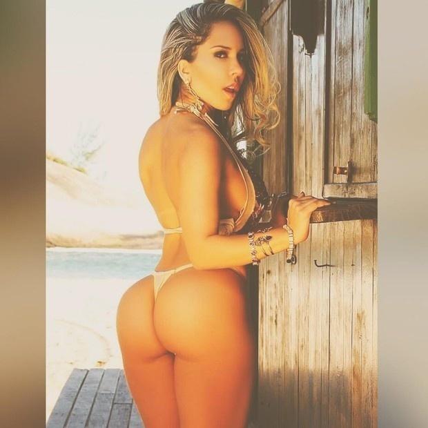 """17.jan.2016 - Renata Frisson, mais conhecida como """"Mulher Melão"""", brindou os fãs que a seguem no Instagram com um boa tarde para lá de especial. Ela postou uma foto usando biquíni fio-dental e fazendo cara sexy"""