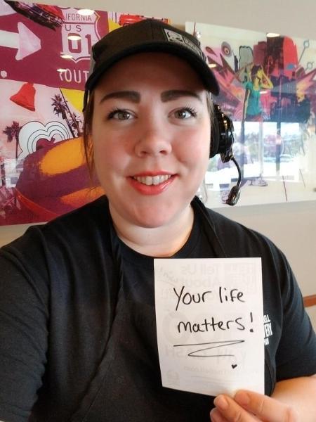 Kelly Stewart, de 27 anos, escreve mensagens para os clientes - Reprodução/Instagram