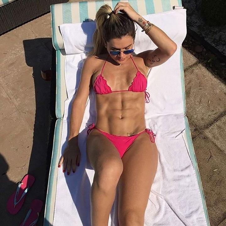 """19.mar.2016 - Usando um biquíni rosa e cavadinho, Mirella Santos exibiu sua barriga chapada enquanto renovava o bronzeado. Nas redes sociais, os fãs elogiaram o corpão da gata. """"Que mulher!"""", escreveu um seguidor"""