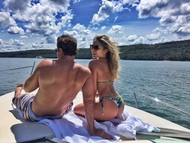 14.abr.2016 - O fim de semana da ex-BBB Renatinha já começou! A bela publicou uma foto no Instagram de biquíni ao lado do namorado, o empresário Humberto Pentagna, em uma lancha. Em um dia ensolarado, a loira comentou na legenda.