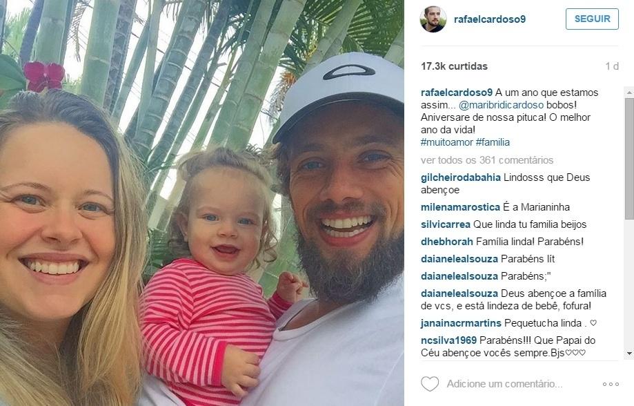 2.out.2015 - Que trio mais lindo e sorridente! Em foto postada no Instagram esta quinta-feira (1), o ator e galã Rafael Cardoso mostrou o carinho que tem pela filha, a pequena Aurora, ao lado da esposa, Mariana Bridi.