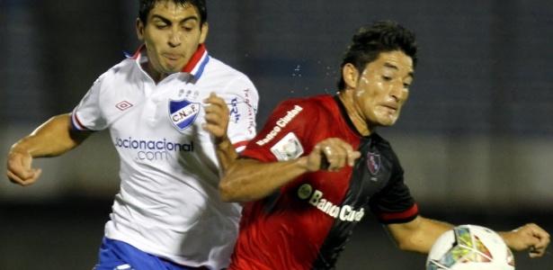 """Newell""""s Old Boys e Nacional se enfrentaram pela Libertadores em Montevidéu, em jogo que acabou em pancadaria - Iván Franco/EFE"""