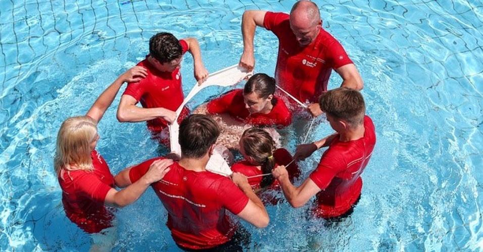 1. Em julho de 2015, quatro alemães entraram para o livro dos recordes ao se enfiarem numa touca de natação simultaneamente. A touca se rasgou, mas os quatro ficaram dentro da borda, que era esticada por outras quatro pessoas, e o registro valeu.