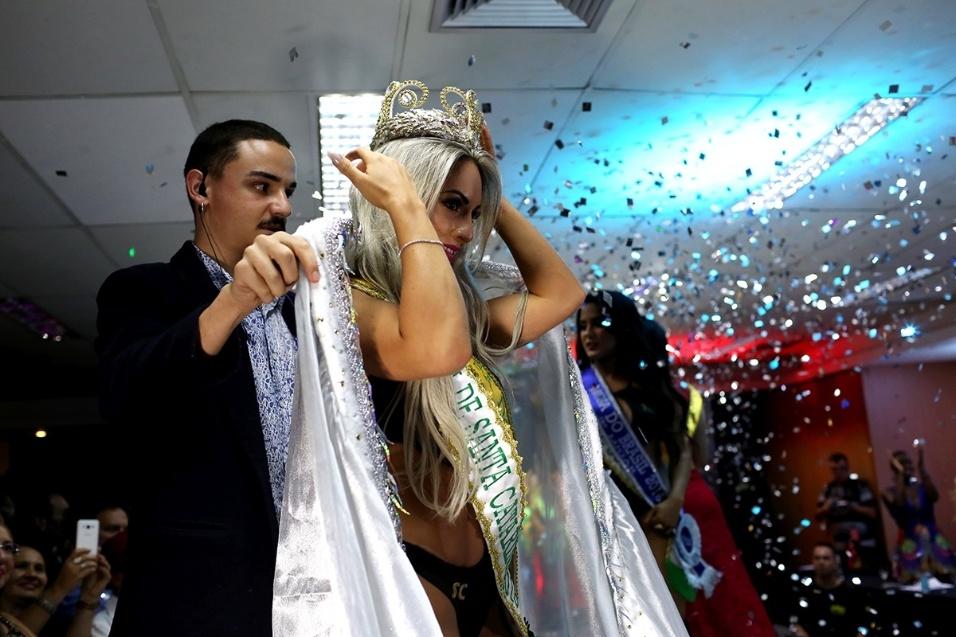 14.dez.2016 - Iara Ferreira, representante do Estado de Santa Catarina, recebe a coroa de Musa do Brasil