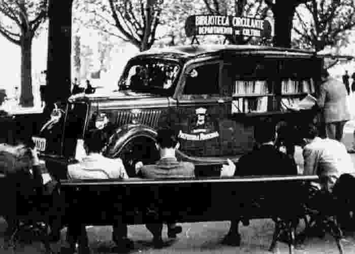 Década de 1940 - Ônibus-biblioteca em foto de acervo - 1979 - Serviço de ônibus biblioteca é retomado pela Prefeitura de São Paulo
