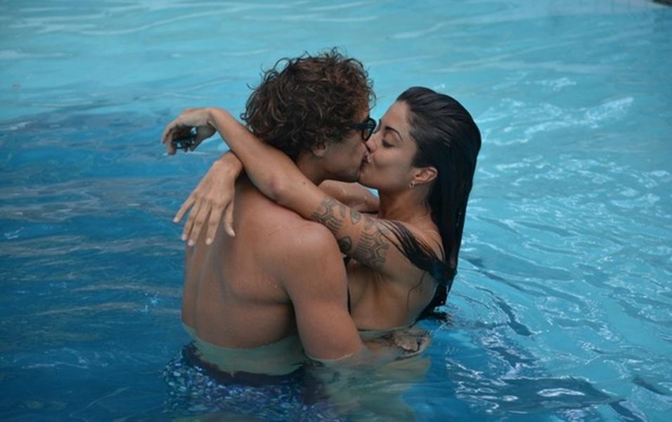 8.abr.2017 - Felipe Roque e Aline Riscado se beijam em piscina de hotel em Pernambuco