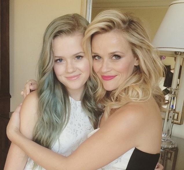 """30.jul.2015 - A atriz Reese Witherspoon, 39, revelou que compartilha suas roupas com a filha Ava Philipp, de apenas 15 anos. """"Compartilhamos as mesmas roupas. Ela tem um ótimo gosto pra a moda. O meu armário também está totalmente disponível para ela. Gostamos dos mesmos chapéus também. É divertido"""", declarou Reese em entrevista à revista People. A atriz também revelou outro gosto em comum com a filha: maquiagem. """"Nós amamos. É ridículo, mas é divertido. É muito bom ter uma garota com quem fazer compras"""", declarou"""