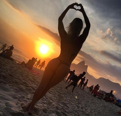 8.jan.2016 - Laura Keller posou de fio dental e fez os seguidores do Instagram felizes nesta sexta-feira. A bela postou uma foto em que aparece apreciando o por do sol na Praia de Ipanema, no Rio de Janeiro