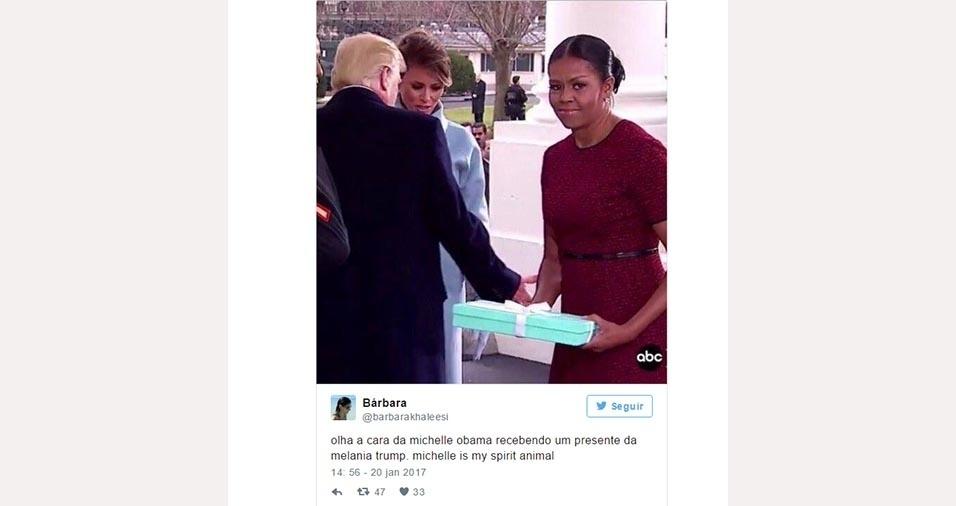 23.jan.2017 - Outro momento marcante durante a posse de Donald Trump foi quando Michelle Obama recebeu um presente das mãos do atual presidente