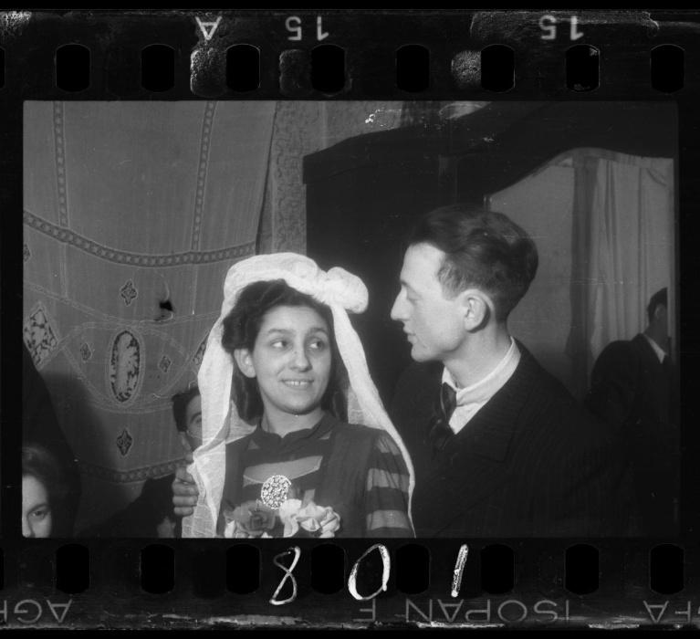 1940-1944 - O fotógrafo Henryk Ross registrou um casamento no gueto, apesar da segregação, bombardeios e deportações, os moradores do gueto procuravam levar uma vida normal