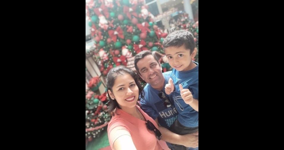 """Daniela Salvador Castro Santos de Queiroz, de Guaratinguetá (SP), compartilhou foto do filho Léo, e o esposo, Jorge, em clima de Natal e ainda mandou um recadinho fofo: """"Gostaria muito de ver minha foto com minha família no site BOL!"""""""
