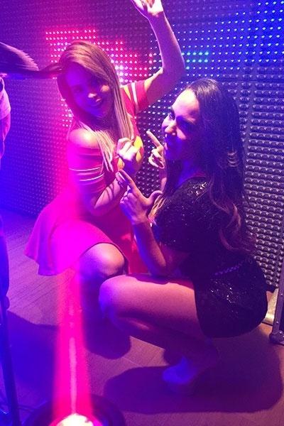 16.nov.2015 - Geisy Arruda e Mulher Melão transpiraram sensualidade em show de festa em balada de Minas Gerais