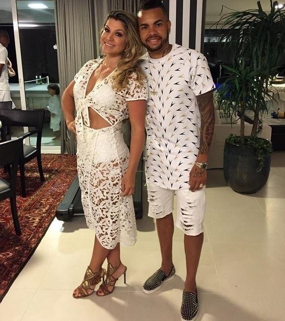 31.dez.2015 - Dani Souza, ex-mulher Samambaia, posa com vestido transparente ao lado do marido Dentinho