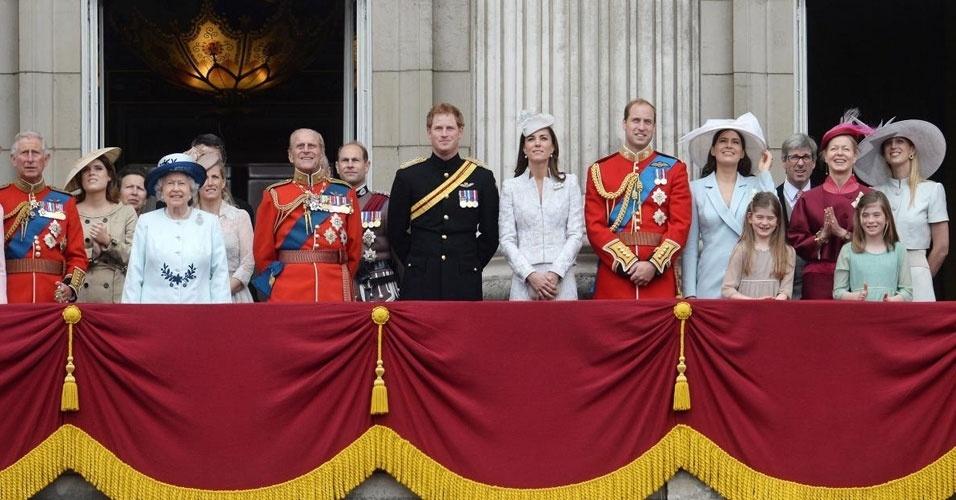 """1. A rainha Elizabeth 2ª faz aniversário no dia 21 de abril, mas devido ao mau tempo em Londres nessa época do ano, comemora em um dos sábados de junho, quando está mais quente e provavelmente menos chuvoso. Em 21 de abril, normalmente, passa o dia de forma privada, mas há salvas de tiros em vários lugares de Londres em sua homenagem. Na comemoração pública, em junho, a rainha e outros membros da família real acompanham uma parada de regimentos das Forças Armadas do país conhecida como """"Trooping the Colour"""", que deixou de acontecer apenas em 1955, quando uma greve de trens nacional ocasionou o cancelamento"""